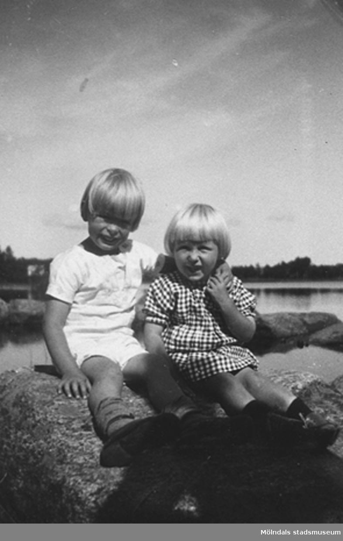 Stretered, 1920-talet.Syskonen Valter och Karin Pamp sitter vid Tulebosjön, Stretered.