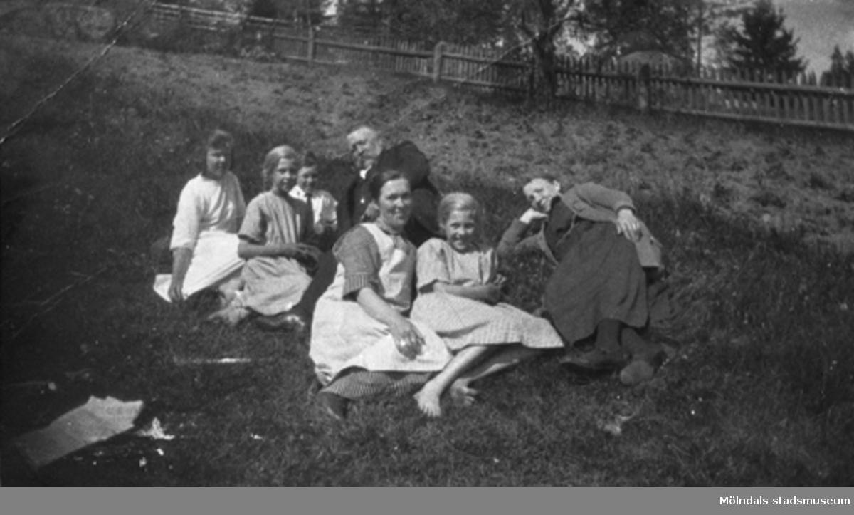Direktör Jönsson, från Stretereds skolhem, tillsammans med vänner, Stretered 1920-tal.