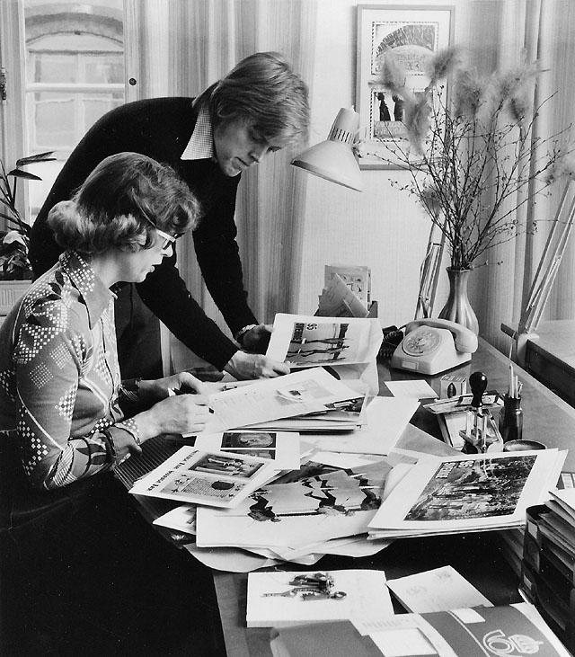 Karin Rabén går igenom frimärks-förlagor tillsammans med Robert Mattson.
