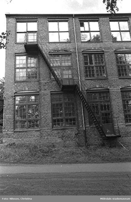 Werners fabriker i Annestorp, Lindome, hösten 1994. Byggnadsdetaljer: Fönster och brandtrappa.