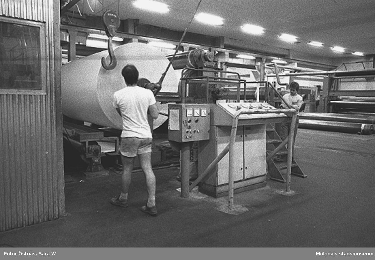 Två män i arbete.Bilden ingår i serie från produktion och interiör på pappersindustrin Papyrus.