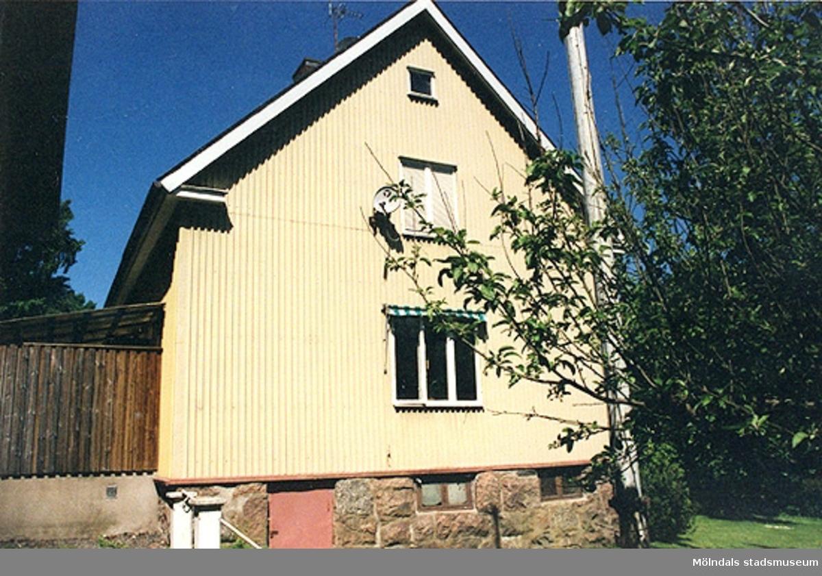 Bostadshus, från sydost.Lekevallsgatan 24, Björnmossen 1, Toltorpsdalen. 2000?