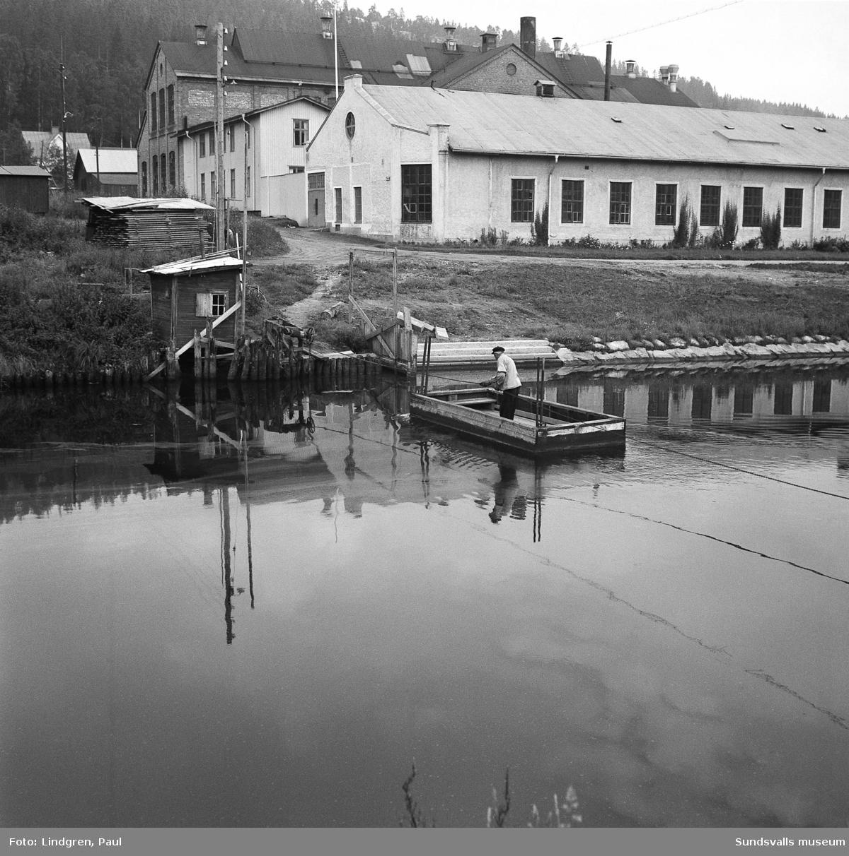 Dragfärjan som drogs för hand över Selångersån. En kätting sänktes ned så att båtarna kunde passera. Till höger på Norrmalmssidan ses Sundsvall Verkstäder (bild 1).