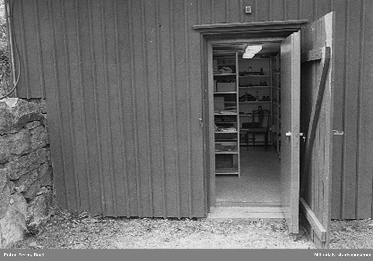 Entre´ till slutna magasinet, som används som arkiv.Hembygdsgården/Börjesgården i Hällesåker, Lindome 1992-06-29.