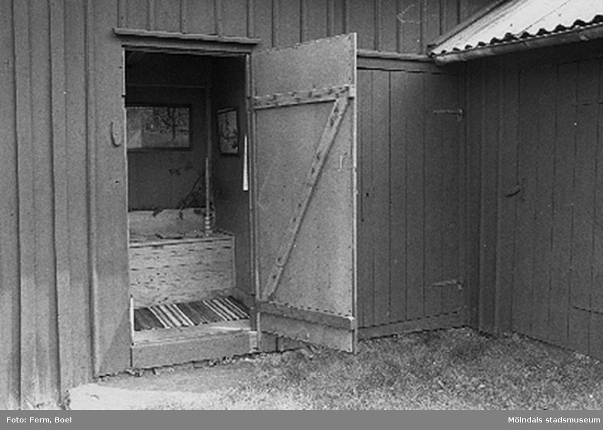 Ett utedass.Hembygdsgården/Börjesgården i Hällesåker, Lindome 1992-06-29.