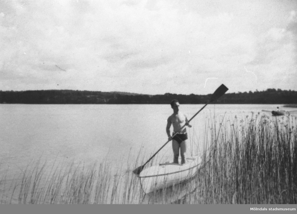 Östen Krantz paddlar sin kanot i Tulebosjön.