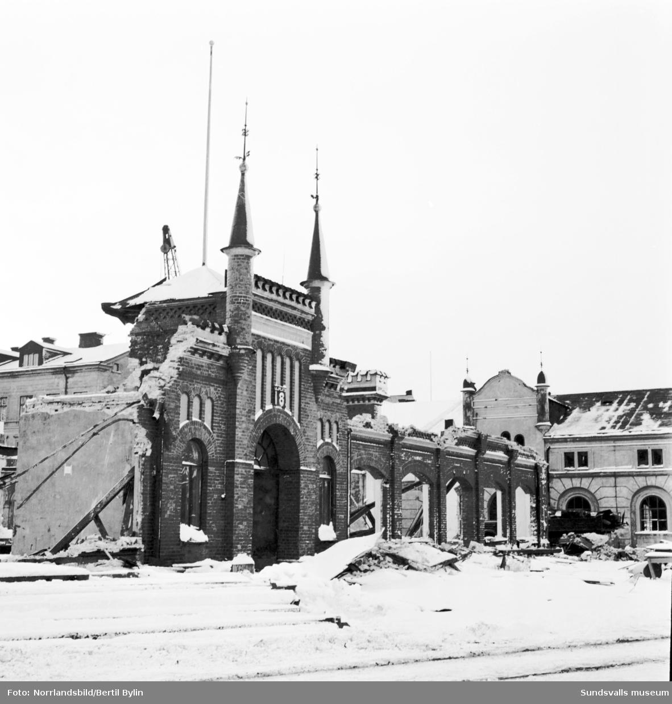 Rivning av tullkammaren vid kajen i Sundsvalls hamn.