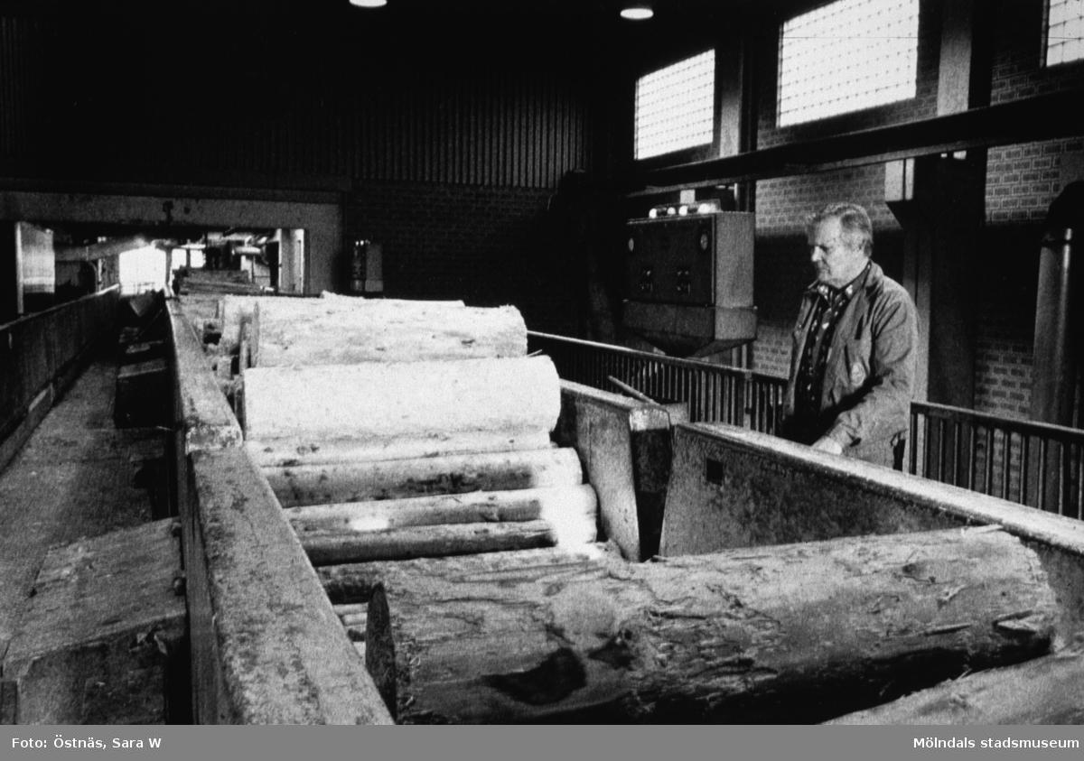 Esko Kiviniemi övervakar massavedstransport på Papyrus i Mölndal, år 1990.