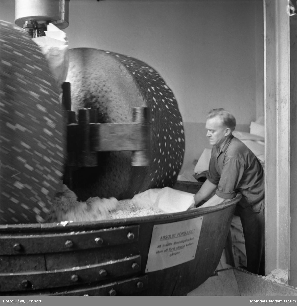 Man i arbete vid kollergång på Papyrus i Mölndal, 6/5 1955.