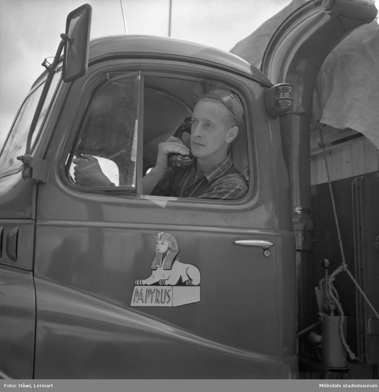 Kommunikationsradio i en av Papyrus lastbilar, 12/9 1956.