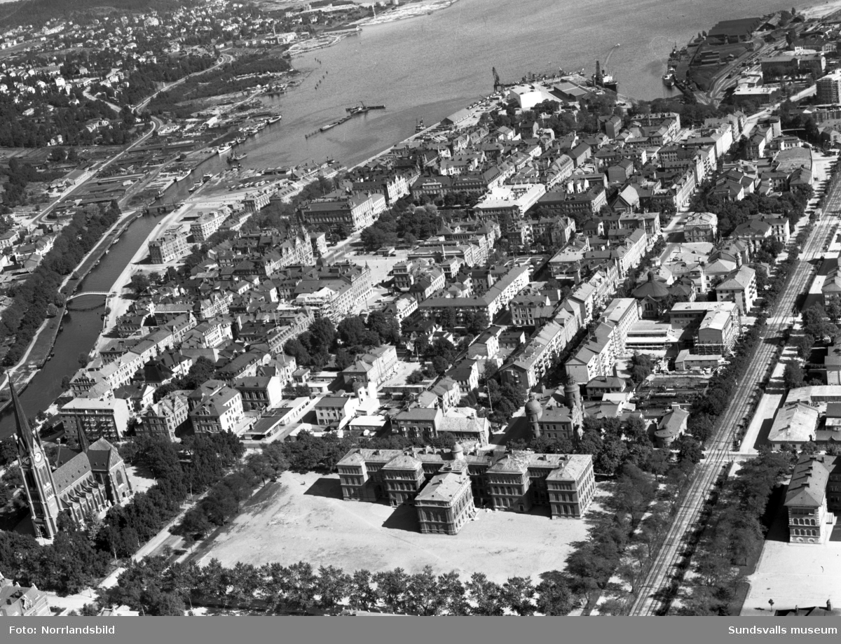 Flygfoto över Stenstaden fotograferat ut mot hamnen.