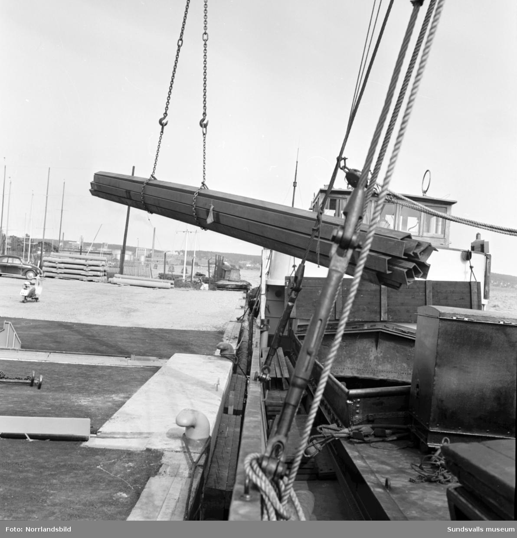 Fartyget Dolfijn lossar sin last vid norra kajen.
