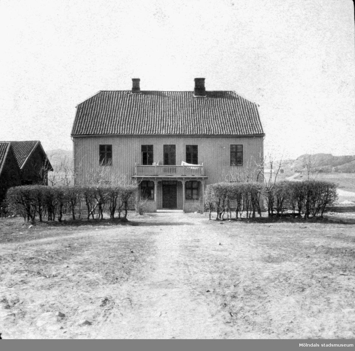 Åby Frälsegården, huvudbyggnaden. Huvudbyggnaden och ladugård brann ned natten mellan den 2 och 3 september 1933.