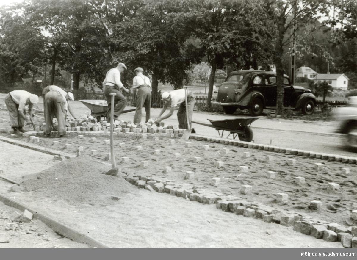 Stensättning av riksvägen vid Lindome station 1948-1949. Fotografiets ägares far var en av arbetarna.