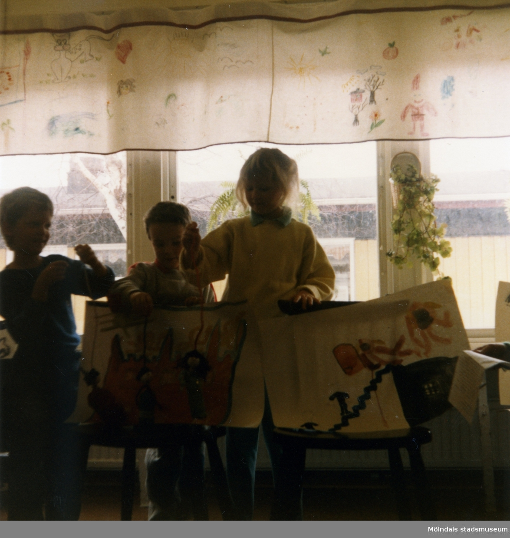 Dagisbarnens egna dockor. Dockteater på Vommedalens daghem 1987-03-25. Fotografi ur album tillhörande Blanka Kaplan.