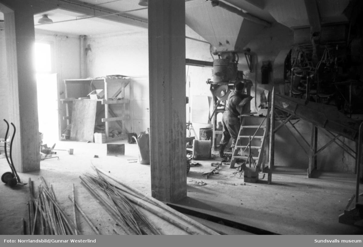 Reportage i Dagbladet om Alnö och kommunalpolitikern Gunnar Englund som sett sin ö avindustrialiseras och avfolkas. Nu spår han en ny blomstringstid då bron äntligen ska byggas. Det gamla kalkbruket håller dock på att rivas. Bild 1: Gunnar Englund har bott på Alnö i hela sitt liv. Här poserar han på Smedsgårdsvägen, mitt på ön.  Bild 2-3: Kooperativa förbundet drev under en tid kalkbruket på ön. Nu håller man på att riva anläggningen. Ture Karlsson låter släggan gå på maskineriet. Bild 5: Alnö mekaniska på Lervik med från vänster Anders Eriksson, Thage Vesterlund och Olof Nilsson.
