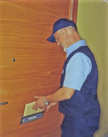Bilden är tagen med anledning av Postens nya organisation med nya uniformer, brevlådor, cyklar, serviceställen, kassaservice mm.