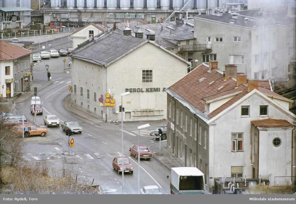 Vy mot backen Kråkan sett från Kvarnbygatan. Till vänster ses Kvarnbygatan 45 (Malmgrenska huset), i mitten nr 6 samt till höger nr 4 (Byggnad 213). Bakom huset nr 6 skymtar taket på Götiska Förbundets skola.Fotografi ur album som tillhört Christina Rydell. Bilderna i albumen är delvis från Papyrus där Christinas far Tore Rydell arbetade, men också från Kvarnbyn, Ryet och folkliv i Mölndal. Tore tog ofta med sig kameran till Papyrus där han fotograferade sina arbetskamrater i arbete, men också fester och föreningsliv.