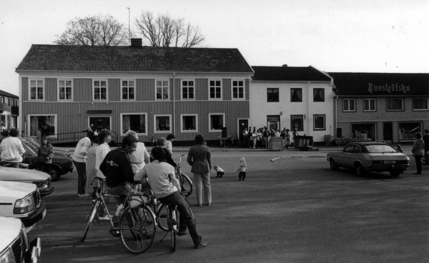 I det vita mellersta husets nedre plan, tre fönster, var postkontoret inrymt till och med 1982. Som postexpeditör tjänstgjorde enligt uppgift Majken Johnsson. Det stora huset till vänster, färgmästare Henrik Karlssons hus, byggdes 1938 ihop med huset till höger, Runstedska färgeriets affärs och bostadshus. I den uppkomna mellanbyggnadesn inrymdes nu postlokalen i bottenvåningen.
