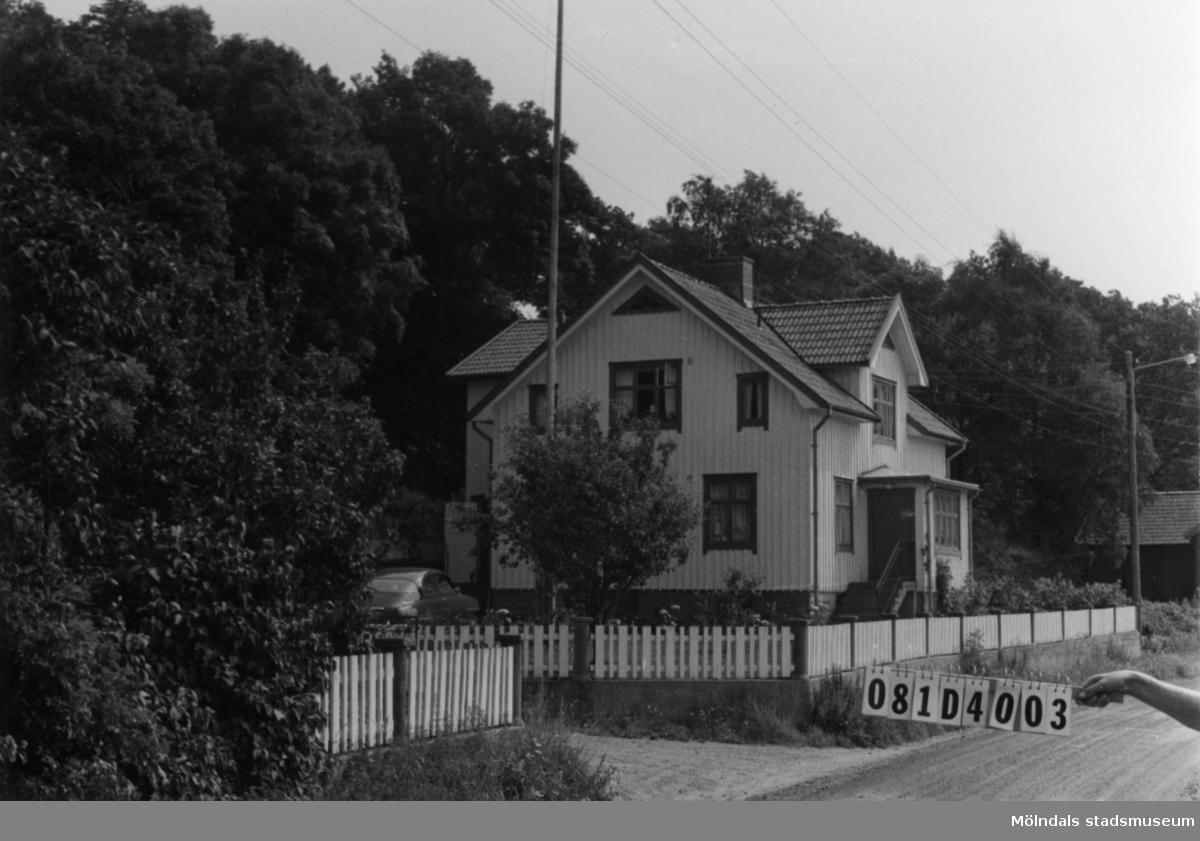 Byggnadsinventering i Lindome 1968. Greggered 2:13. Hus nr: 081D4003. Benämning: permanent bostad och garage. Kvalitet: god. Material: trä. Tillfartsväg: framkomlig. Renhållning: soptömning.