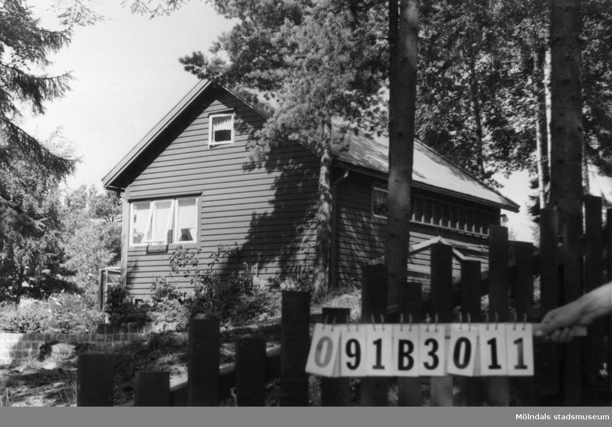 Byggnadsinventering i Lindome 1968. Dvärred (4:9). Hus nr: 091B3011. Benämning: fritidshus, gäststuga och redskapsbod. Kvalitet: god. Material: trä. Tillfartsväg: framkomlig. Renhållning: ej soptömning.