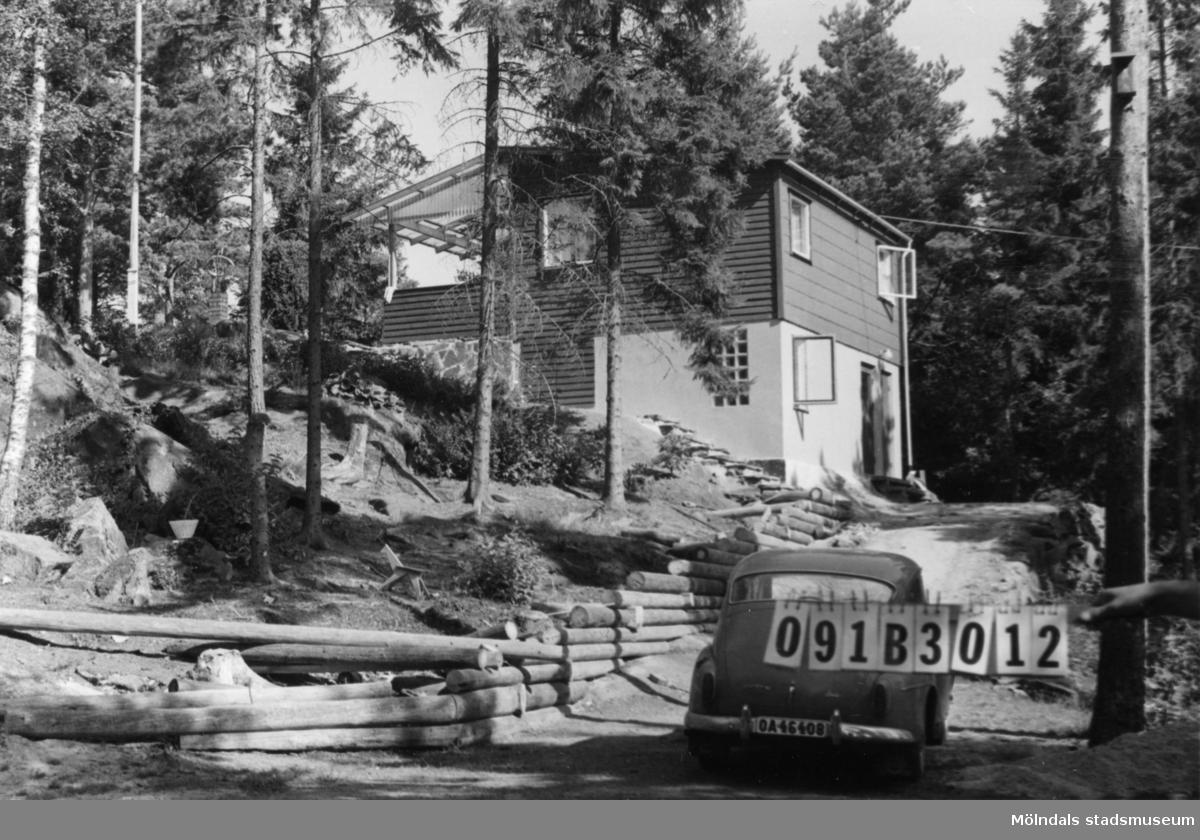 Byggnadsinventering i Lindome 1968. Dvärred (4:9). Hus nr: 091B3012. Benämning: fritidshus och garagetak. Kvalitet: mycket god. Material: trä, eternit och sten. Övrigt: mycket väl synligt. Upplyft på hög sockel för att se och synas från sjön. Tillfartsväg: framkomlig.