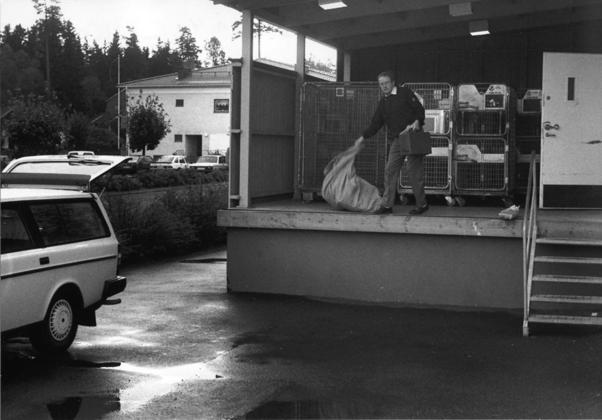 Lantbrevbäraren Conny Stern på lastbryggan vid postkontoret i Gällstad.