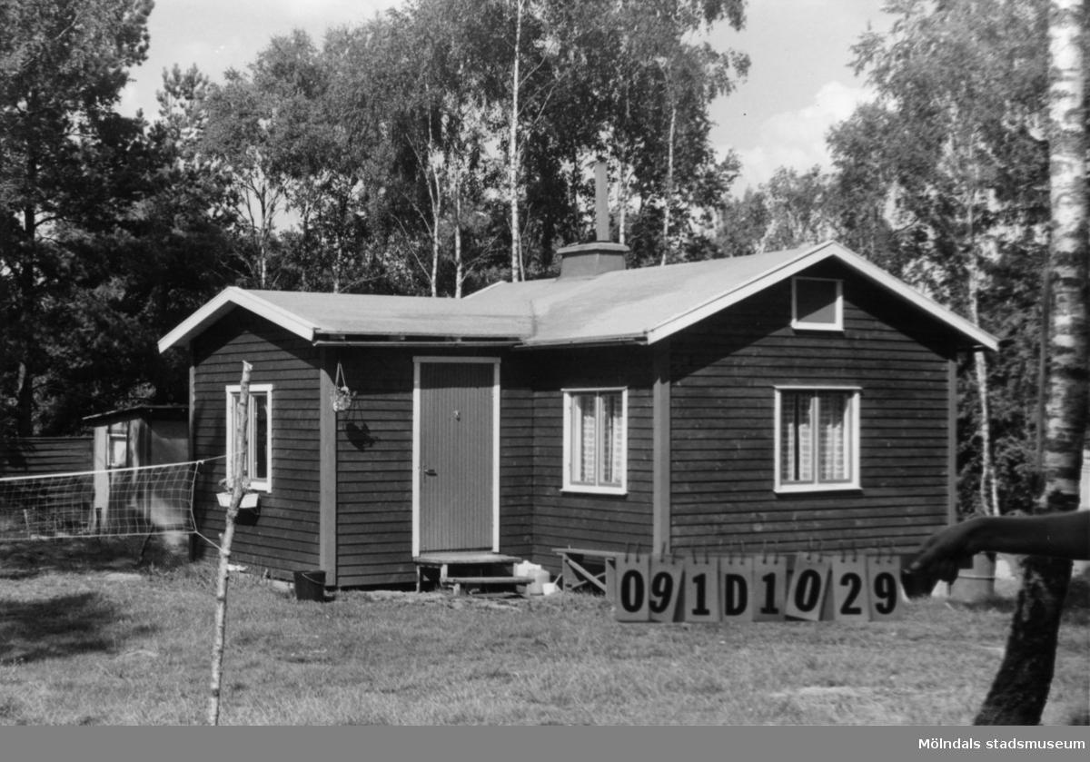 Byggnadsinventering i Lindome 1968. Skräppholmen 2:50. Hus nr: 091D1029. Benämning: fritidshus och två redskapsbodar. Kvalitet, fritidshus: mycket god. Kvalitet, redskapsbodar: mindre god. Material: trä. Tillfartsväg: framkomlig. Renhållning: soptömning.
