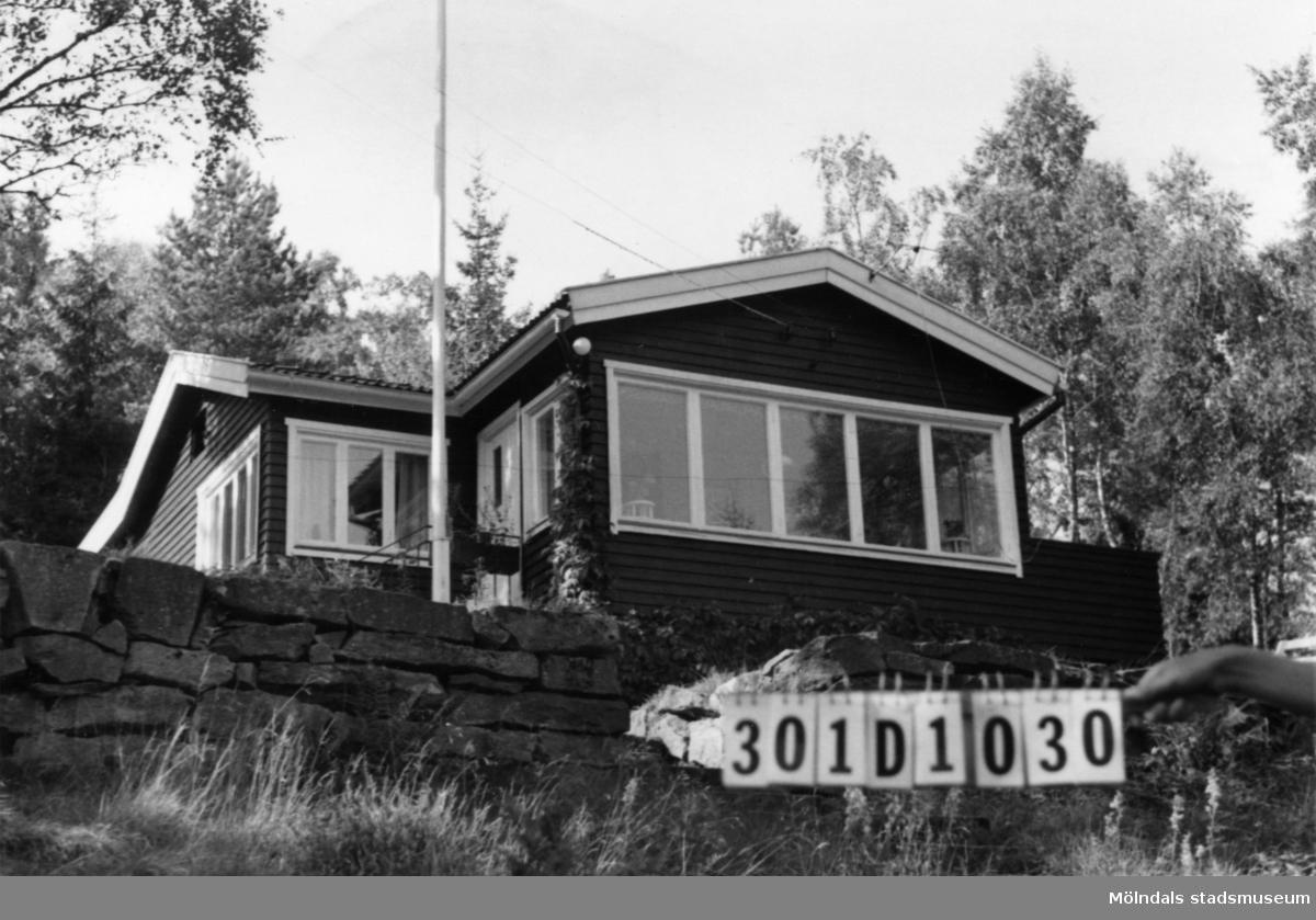 Byggnadsinventering i Lindome 1968. Inseros 1:46. Hus nr: 301D1030. Benämning: fritidshus och redskapsbod. Kvalitet, fritidshus: mycket god. Kvalitet, redskapsbod: god. Material: trä. Tillfartsväg: framkomlig. Renhållning: soptömning.