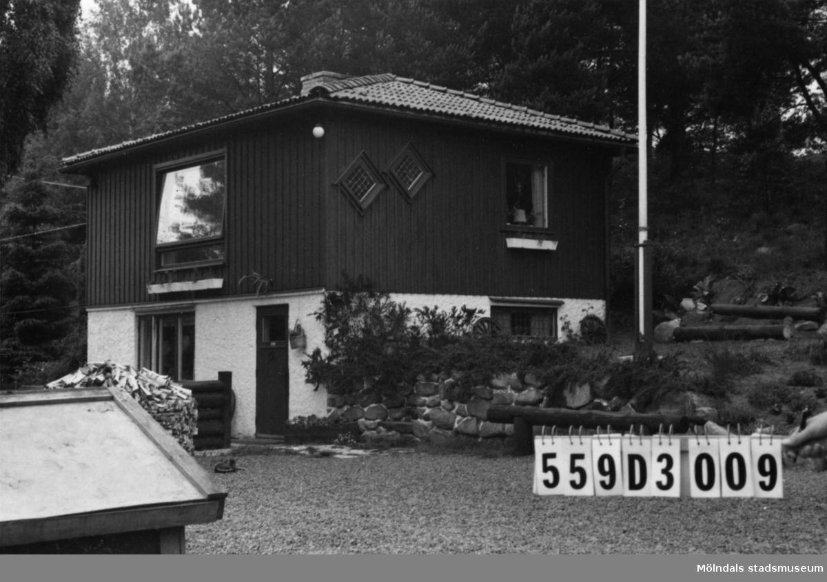 Byggnadsinventering i Lindome 1968. Gastorp 2:79. Hus nr: 559D3009. Benämning: fritidshus och gäststuga. Kvalitet: mycket god. Material: trä. Tillfartsväg: framkomlig. Renhållning: soptömning.