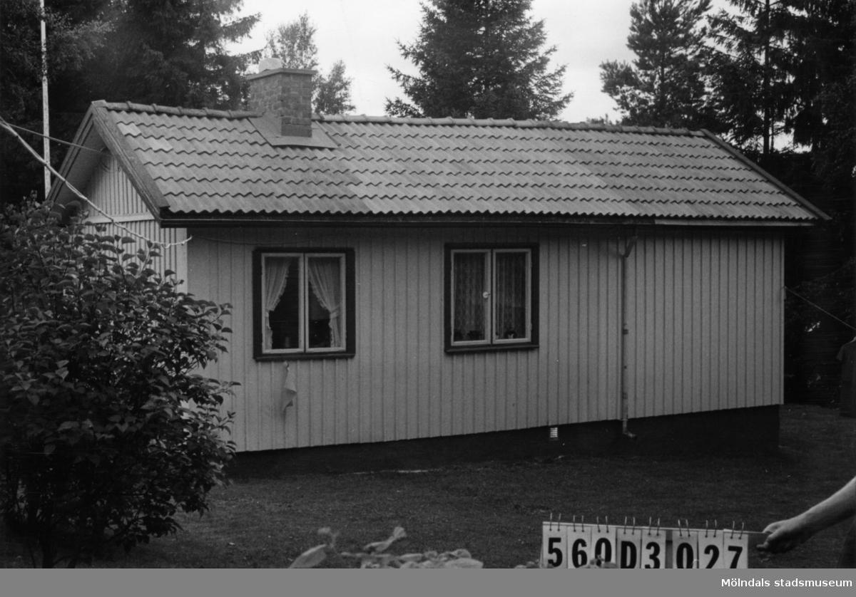 Byggnadsinventering i Lindome 1968. Fagered 2:19. Hus nr: 560D3027. Benämning: fritidshus, gäststuga och redskapsbod. Kvalitet, fritidshus och gäststuga: god. Kvalitet, redskapsbod: mindre god. Material: trä. Tillfartsväg: framkomlig. Renhållning: soptömning.