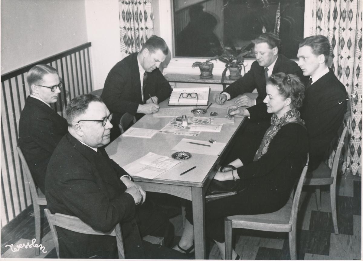 Fotografi föreställande företagsnämnderna i Hägersten. Bilden är tagen i samband med sammanträdet för företagsnämnderna i Bromma, Hägersten och Johanneshov, vid Postkontert Johanneshov 1, 1952.