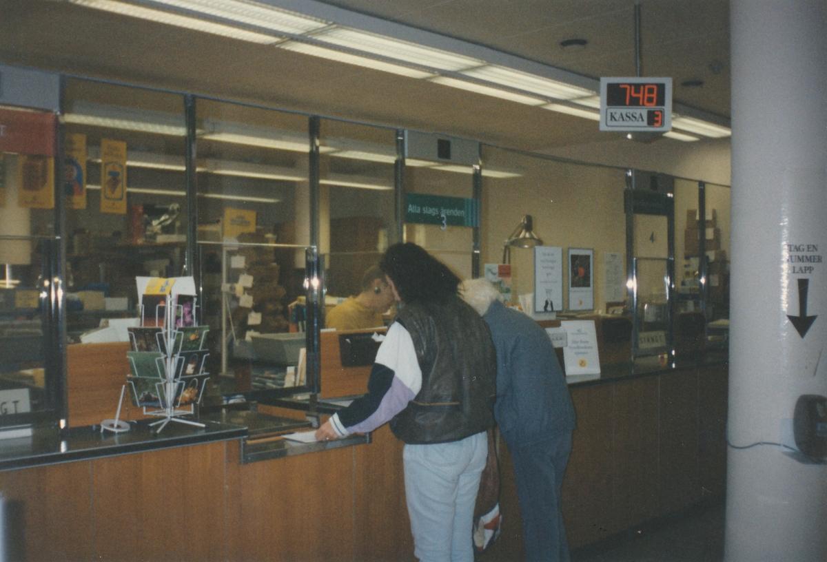 Interiör vid kassadiskarna, Postkontoret Jönköping 6, 1990.