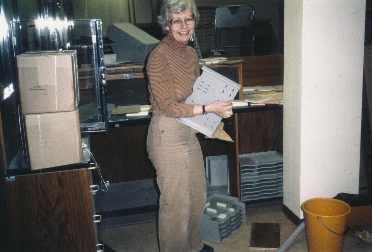 Åsa Backlund hjälper till med städningen på Postkontoret Jönköping 6, 1983.