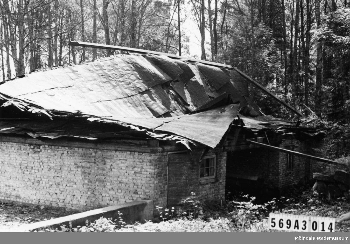 Byggnadsinventering i Lindome 1968. Skäggered 3:4. Hus nr: 569A3014. Benämning: ladugård. Kvalitet: dålig. Övrigt: helt förfallen. Tillfartsväg: framkomlig.