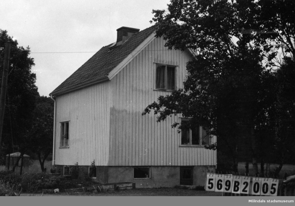 Byggnadsinventering i Lindome 1968. Gastorp 1:28. Hus nr: 569B2005. Benämning: permanent bostad och gäststuga. Kvalitet: god. Material: trä. Tillfartsväg: framkomlig.