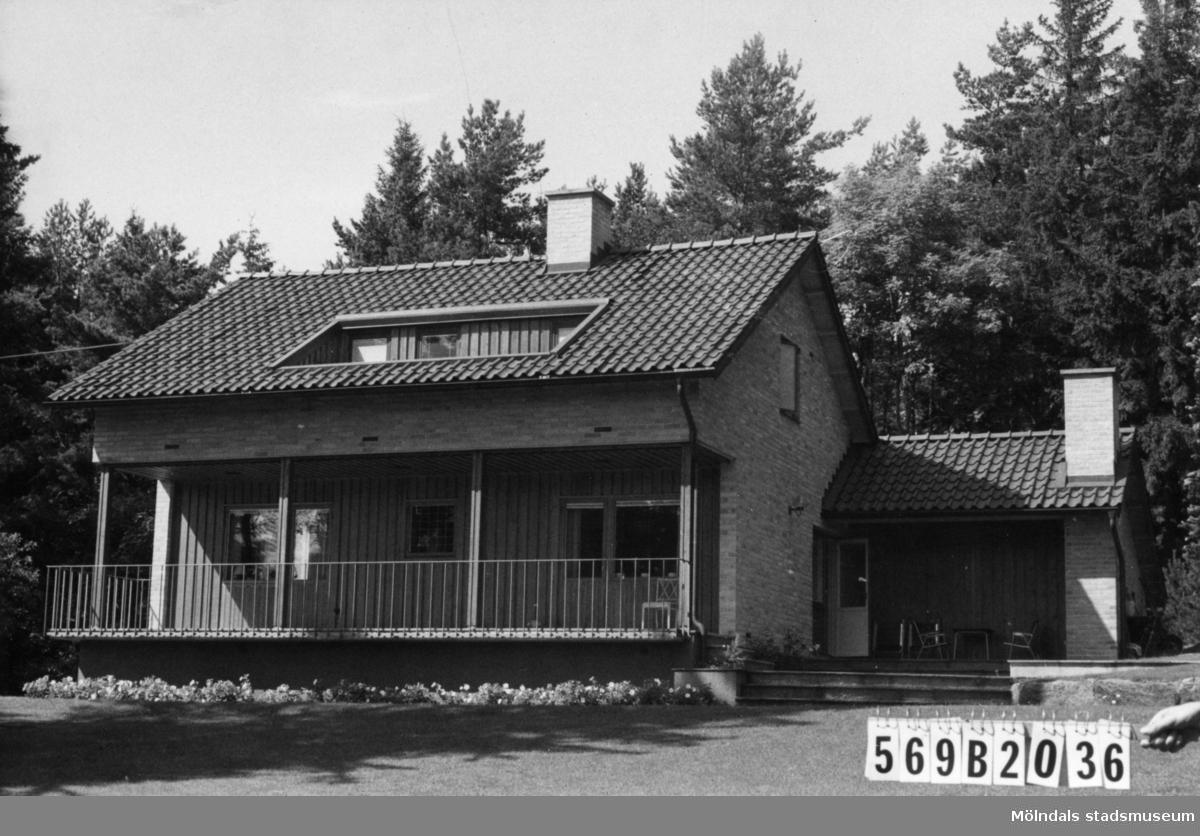 Byggnadsinventering i Lindome 1968. Gastorp 1:22. Hus nr: 569B2036. Benämning: permanent bostad och redskapsbod. Kvalitet, bostadshus: mycket god. Kvalitet, redskapsbod: mindre god. Material, bostadshus: gult tegel. Material, redskapsbod: trä. Övrigt: tillbyggt garage. Tillfartsväg: framkomlig. Renhållning: soptömning.