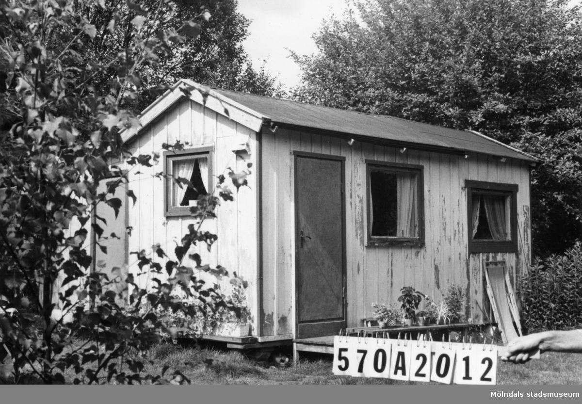 Byggnadsinventering i Lindome 1968. Bräcka (1:41). Hus nr: 570A2012. Benämning: fritidshus och redskapsbod. Kvalitet: mindre god. Material: trä. Tillfartsväg: ej framkomlig.