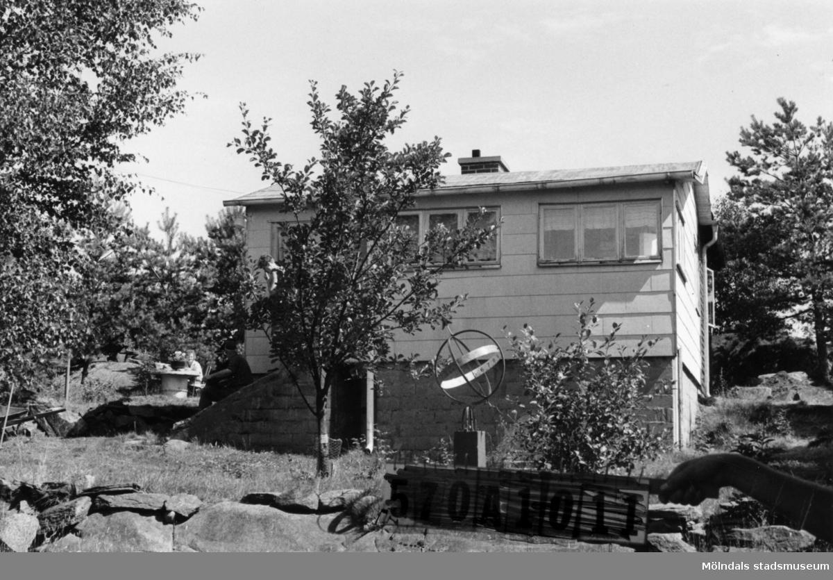 Byggnadsinventering i Lindome 1968. Gastorp 1:51. Hus nr: 570A2073. Benämning: fritidshus och redskapsbod. Kvalitet, fritidshus: mycket god. Kvalitet, redskapsbod: dålig. Material: trä, eternit. Övrigt: tillbyggnaden i trä. Tillfartsväg: ej framkomlig.