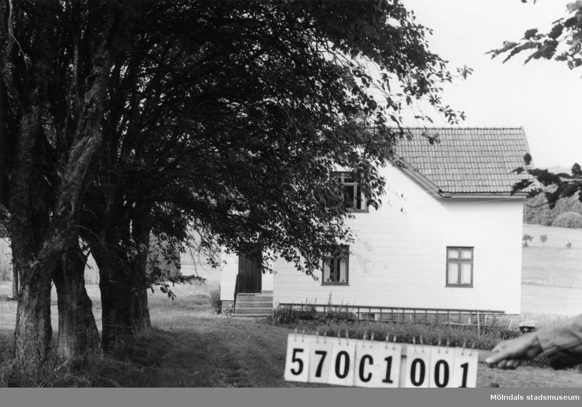 Byggnadsinventering i Lindome 1968. Annestorp 5:3 III. Hus nr: 570C1001. Benämning: permanent bostad och ladugård. Kvalitet, bostadshus: god. Kvalitet, ladugård: mindre god. Material, bostadshus: eternit. Material, ladugård: trä. Tillfartsväg: framkomlig.