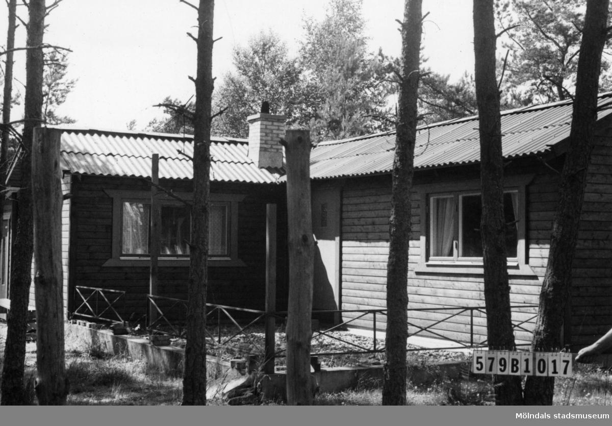 Byggnadsinventering i Lindome 1968. Lindome 6:87. Hus nr: 579B1017. Benämning: fritidshus och garage. Kvalitet: mycket god. Material: trä. Tillfartsväg: framkomlig. Renhållning: soptömning.