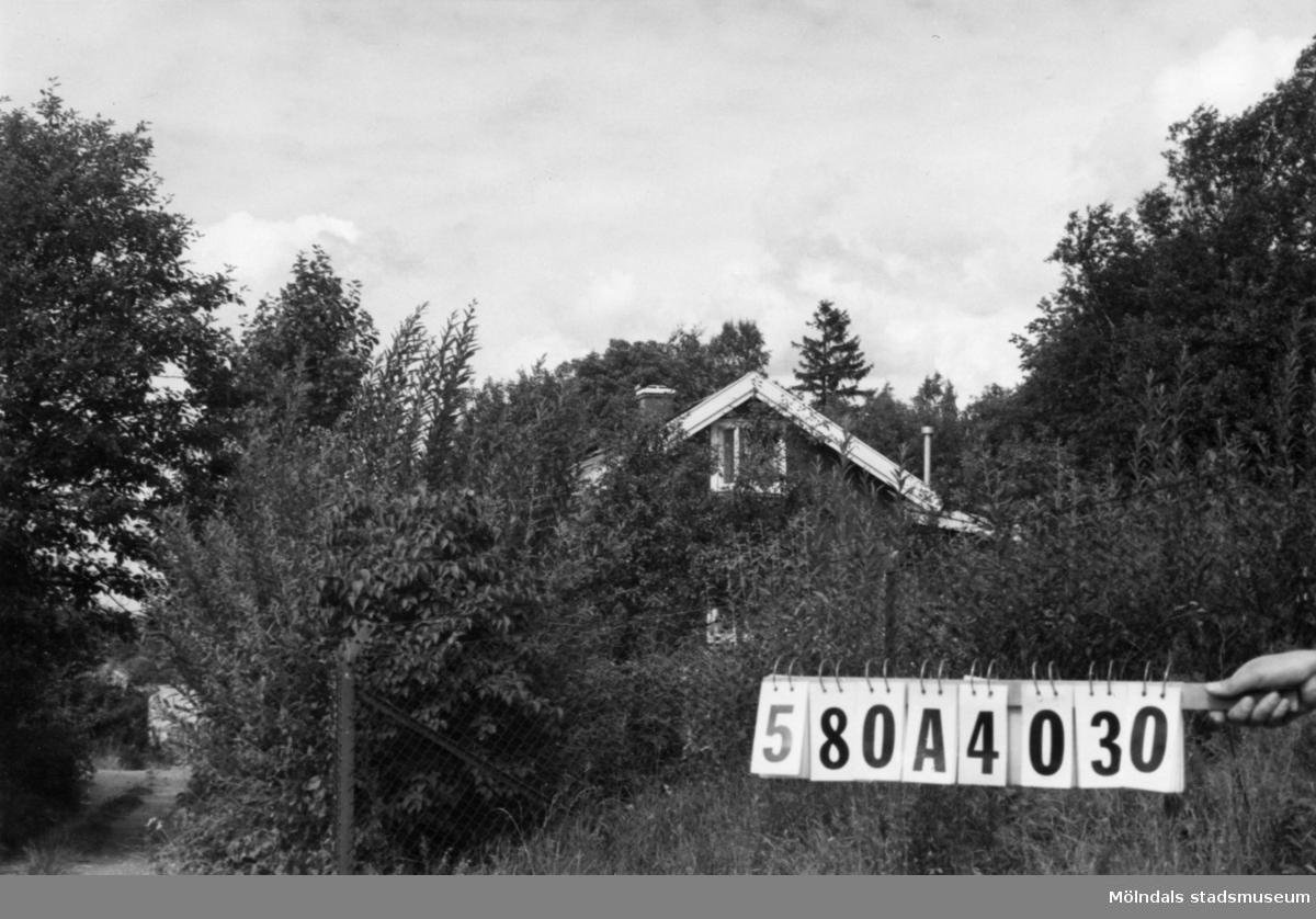 Byggnadsinventering i Lindome 1968. Hassungared 2:29. Hus nr: 580A4030. Benämning: permanent bostad och redskapsbod. Kvalitet, bostadshus: god. Kvalitet, redskapsbod: mindre god. Material: trä. Byggnadslov: inga byggnadslovshandlingar finnes. Övrigt: det rödaste vi har sett. Anmärkning: nyttjas idag som helårsbostad. Fastighet: 4638 kvm. Tillfartsväg: framkomlig.