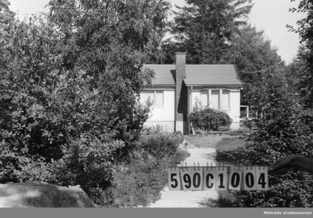 Byggnadsinventering i Lindome 1968. Hällesåker 3:40. Hus nr: 590C1004. Benämning: fritidshus och gäststuga. Kvalitet, bostadshus: mindre god. Kvalitet, gäststuga: mycket god. Material, bostadshus: trä, masonite. Material, gäststuga: trä. Tillfartsväg: framkomlig. Renhållning: soptömning.