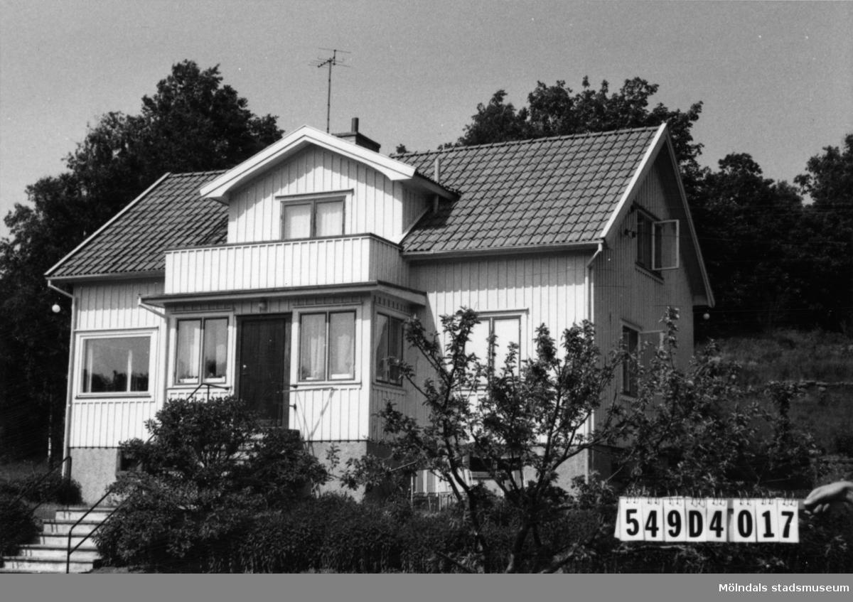Byggnadsinventering i Lindome 1968. Hällesås 1:68. Hus nr: 549D4017. Benämning: permanent bostad och redskapsbod. Kvalitet, bostadshus: god. Kvalitet, redskapsbod: mindre god. Material: trä. Övrigt: god ordning på tomten. Tillfartsväg: framkomlig.
