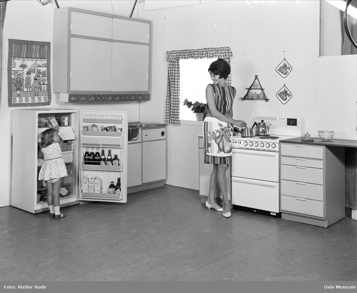 interiør, kjøkken, kvinne, KPS komfyr, jente, KPS kjøleskap, kjøkkenbenk, skap, linoleum gulvbelegg