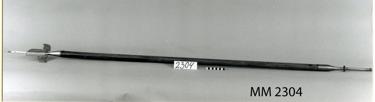 Bardisan med bakbeslag av järn och skaft av trä. Underofficersvapen från 1700-talet.