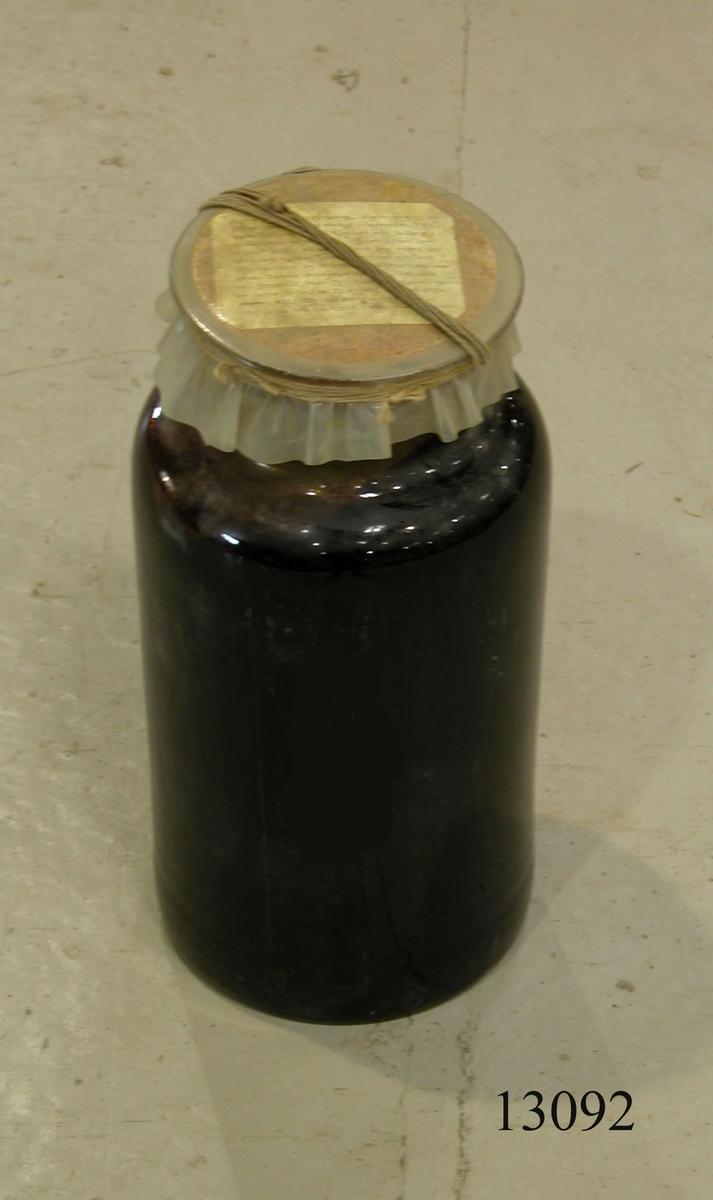 Tjäran är från en tjärtunna. Förvaras i en glasflaska.