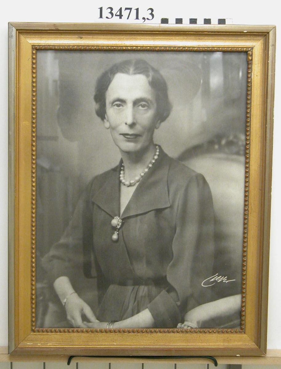 Fotografi inom glas och förgylld ram. 6 st. Porträtt av H M Drottning Louise.