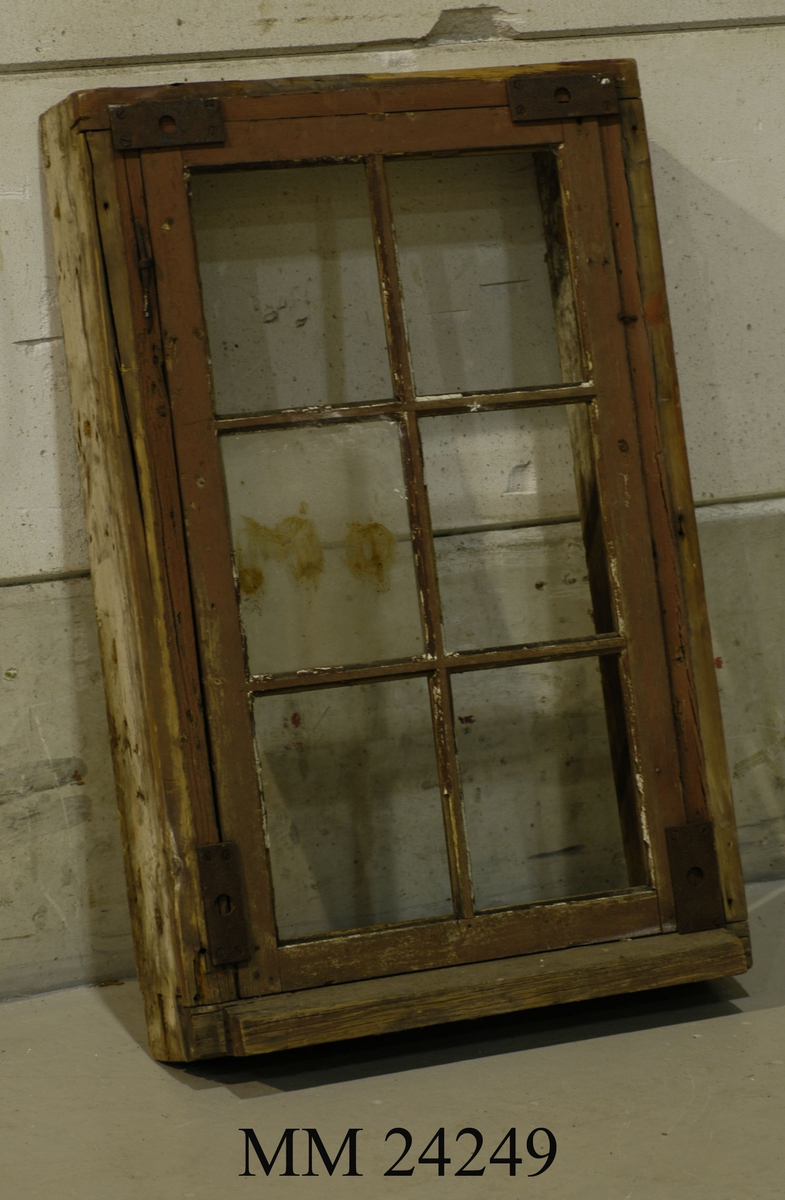 Sexglas fönster varav endast en fönsterskiva finns kvar. Rödmålat, färgen är dock flagnad. Fönstret går ej längre att öppna då det förslutits med järnbeslag både upptill och nedtill.