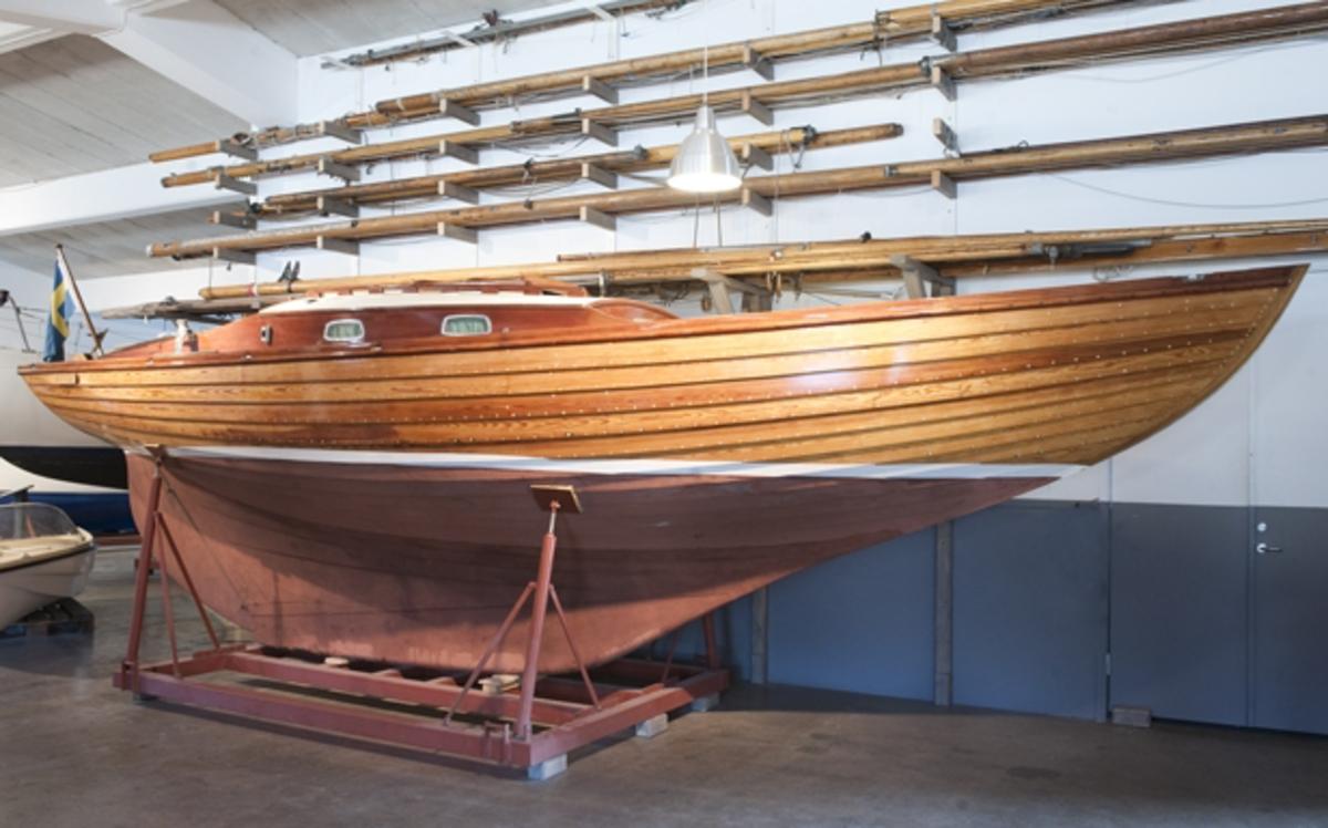 Folkbåt, ZARITZA, klinkbyggd i furu. Längd 7,63 meter. Bredd 2,22 meter.